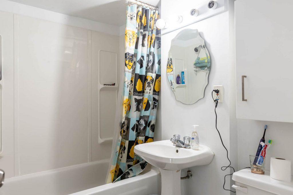 1 1-2 Montrose Ave Toronto ON M6J 2T7 – Basement Apartment Bathroom