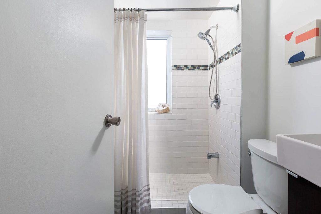 1 1-2 Montrose Ave Toronto ON M6J 2T7 – Main Bath 3